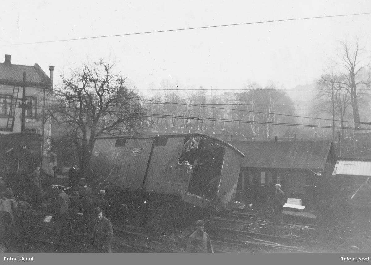 Sammenstyrtning av broen over jernbanen i Oslogate, ødelagte jernbanevogner nord for broen
