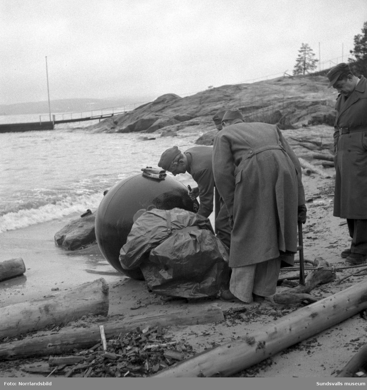 Marinen tar hand om en mina som hittats drivande utanför Raholmen på Alnö.
