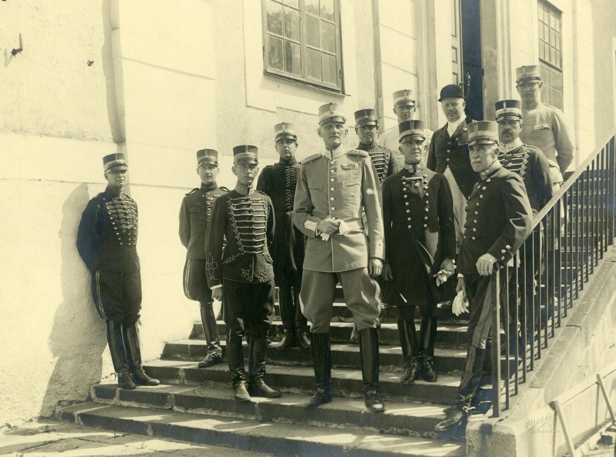 Grupporträtt av prins Carl och officerare på Strömholms.