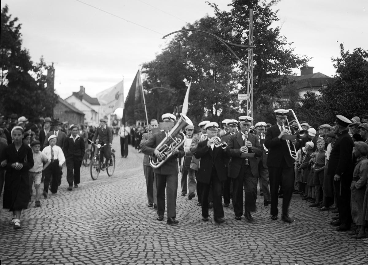 """""""Idrottstruppen på väg till festplatsen"""" för Uppsala första idrottsmässa, Svartbäcken"""