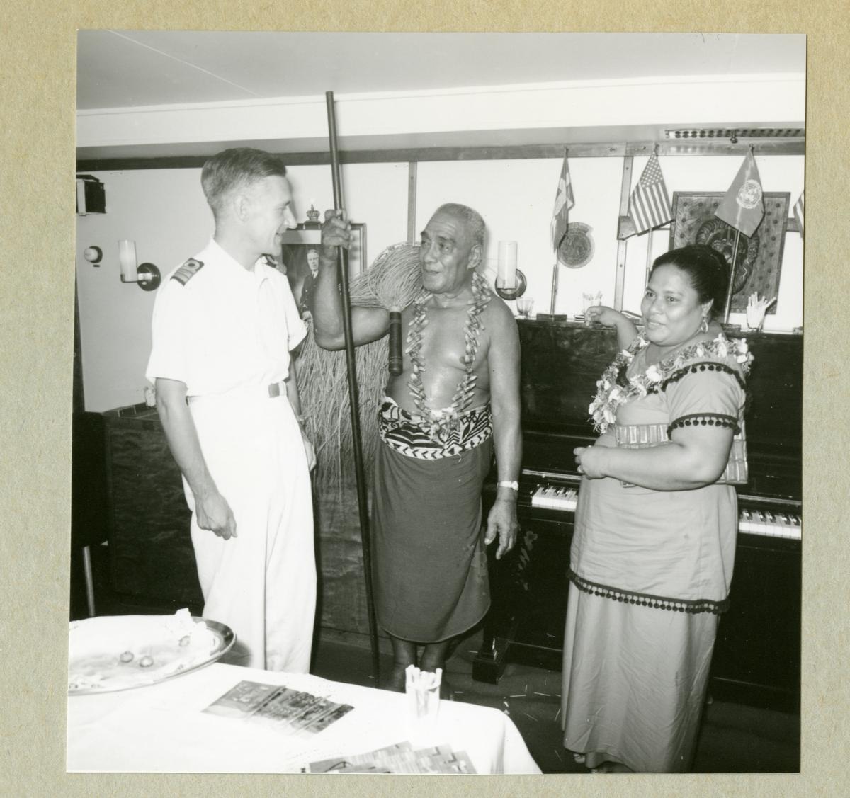 Bilden visar Älvsnabbens 1. fartygsläkare, dr Bertil Bläckberg, med två lokala gäster från Pago-Pago i fartygets gunrum.
