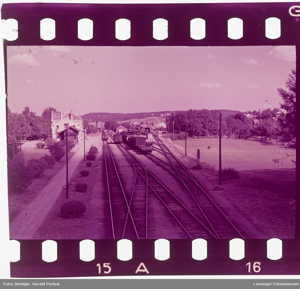 Jernbanestasjonen fra brua.