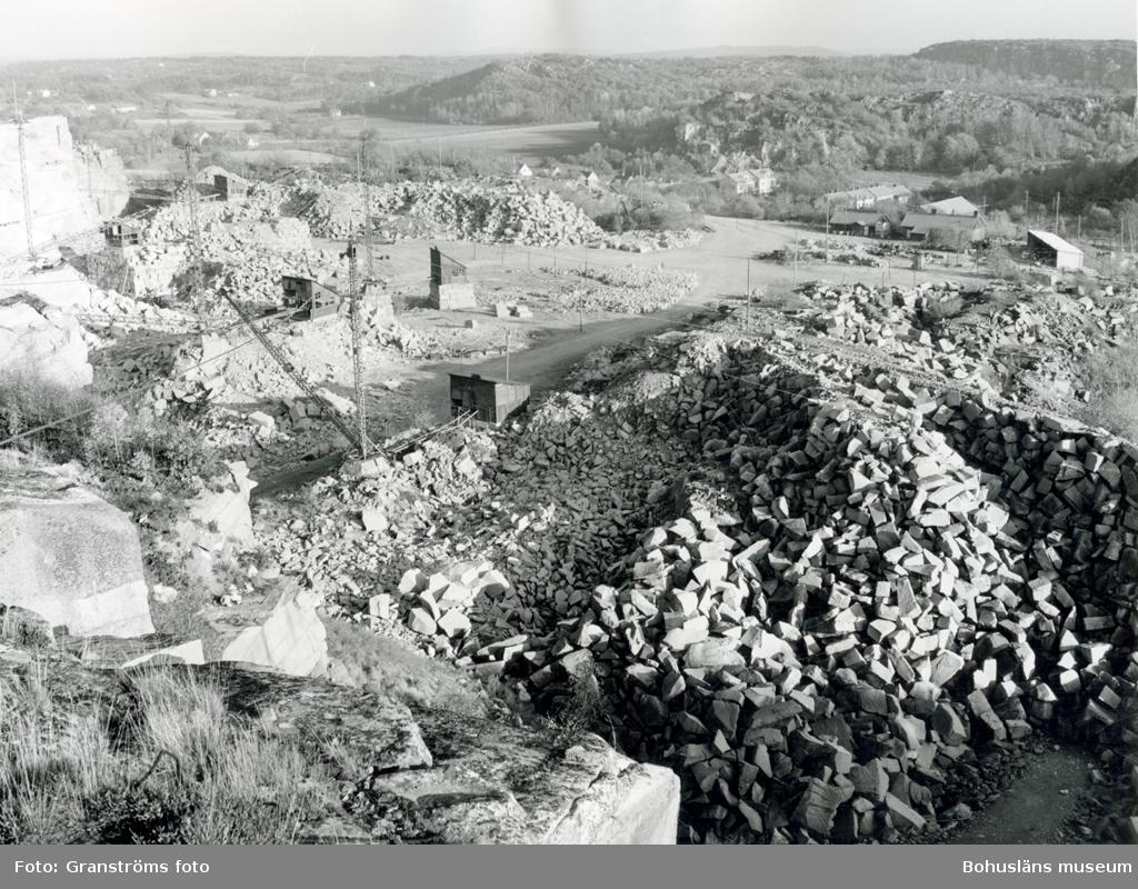 Vy över stenbrottet i Rixö och det omgivande landskapet