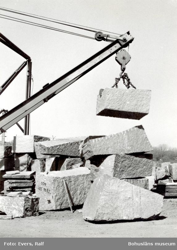 Kran förflyttar stenblock