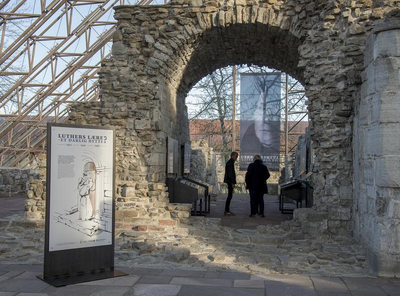 Utstillingen er konsentrert om sakristiet og koret av den gamle kirkeruinen.