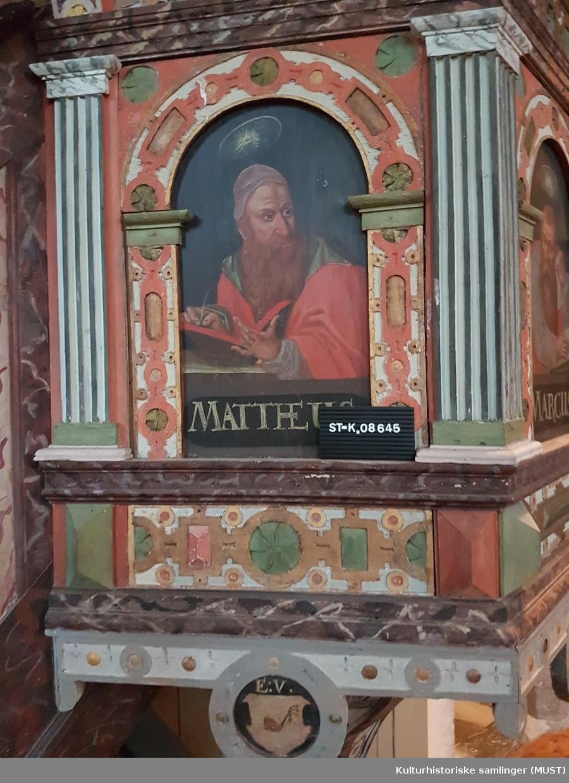 Bemalte felt med billedlige fremstillinger av disiplene (fra venstre) Matheus, Marcus, Lucas og Johannes.