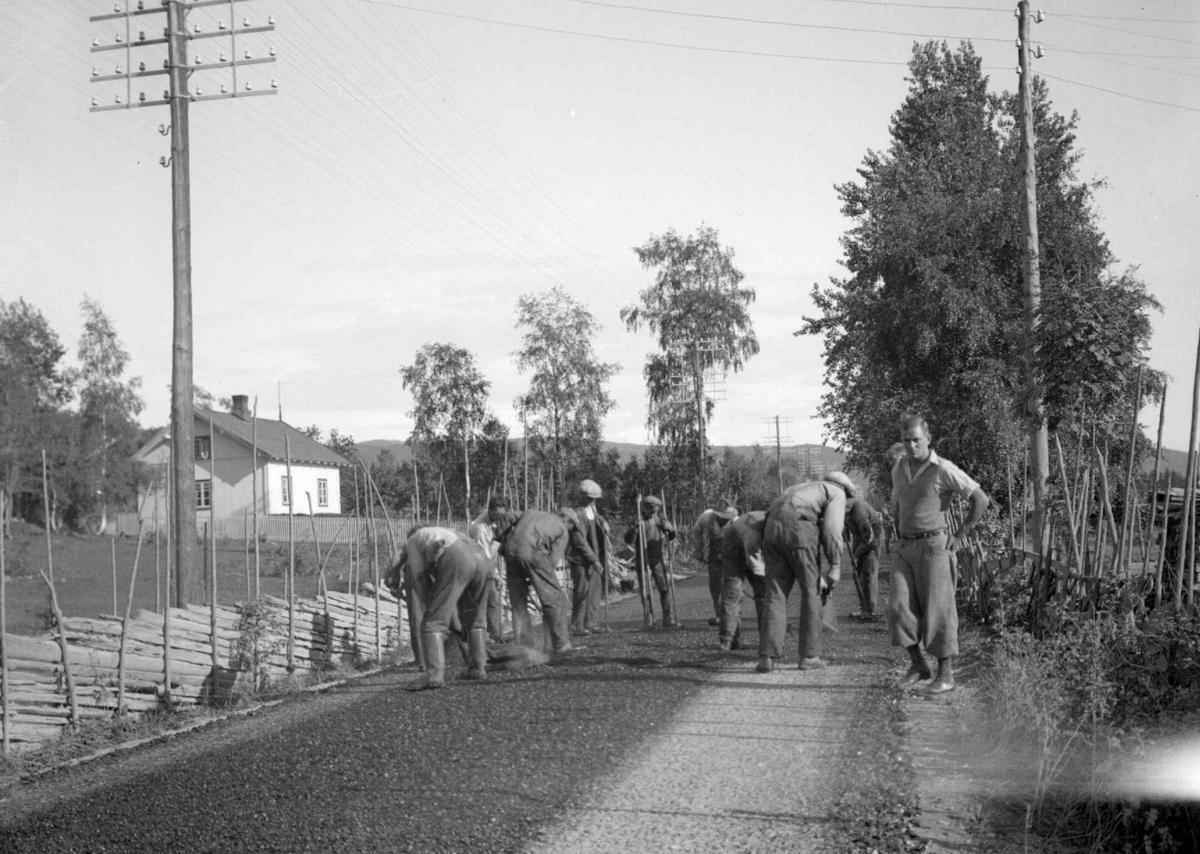 Makadamisering. Legging av asfalt v/Hesselberg`s, nord for byen.
