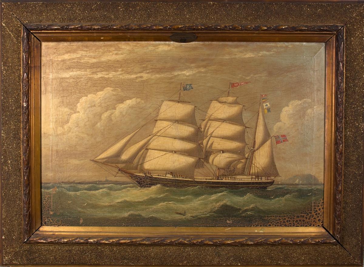 Skipsportrett av bark OLAV KYRRE . Kyststripe i bakgrunnen, og hjuldamper til venstre i motivet. Kjenningstegn på akterste mast, signalflagg på framste mast, og vimpel med skipets navn på den midterste masten. Skipet fører norsk flagg med svensk-norsk unionsmerke i akter.