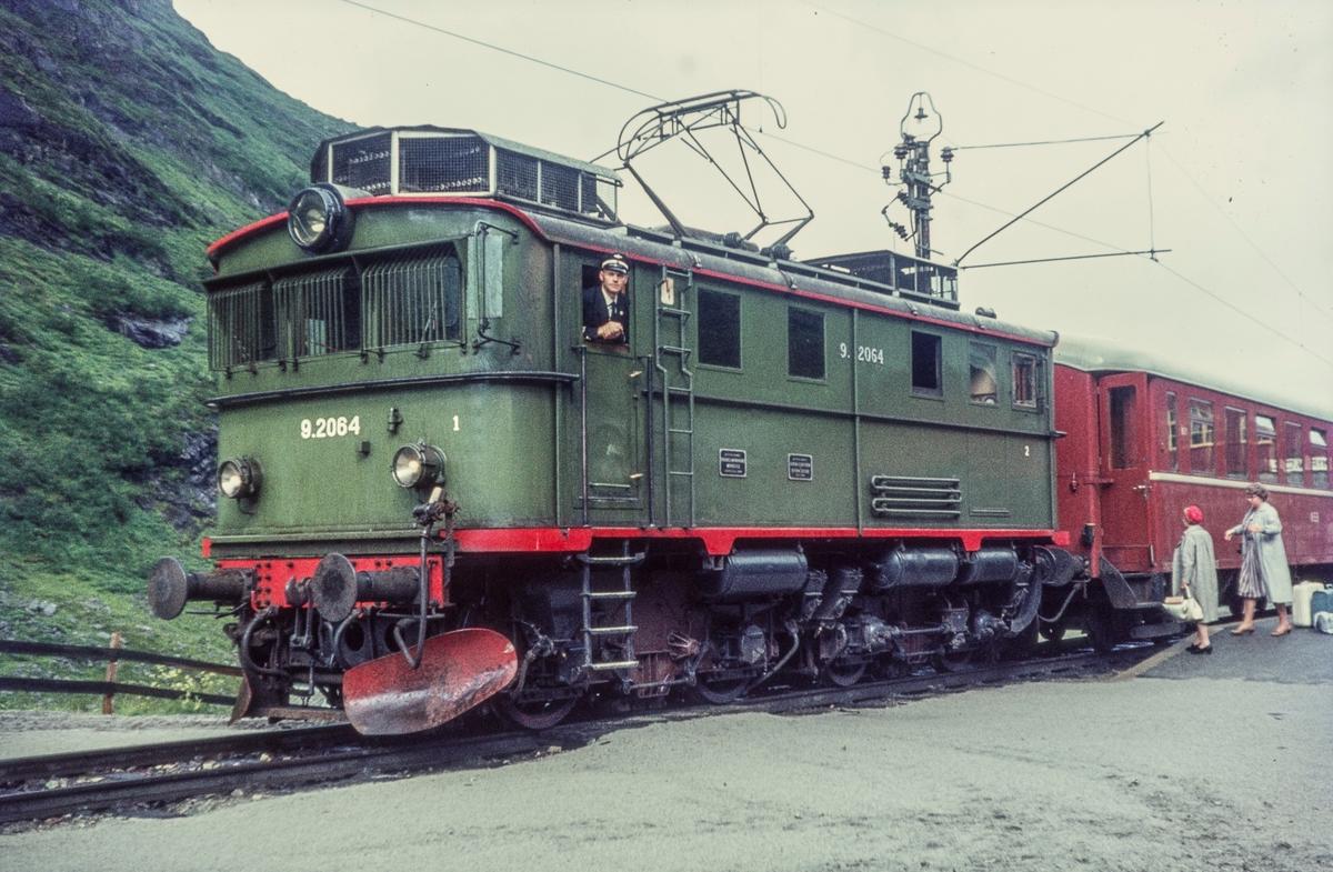 Tog fra Flåm på Myrdal stasjon. Toget trekkes av elektrisk lokomotiv type El 9 nr. 2064.