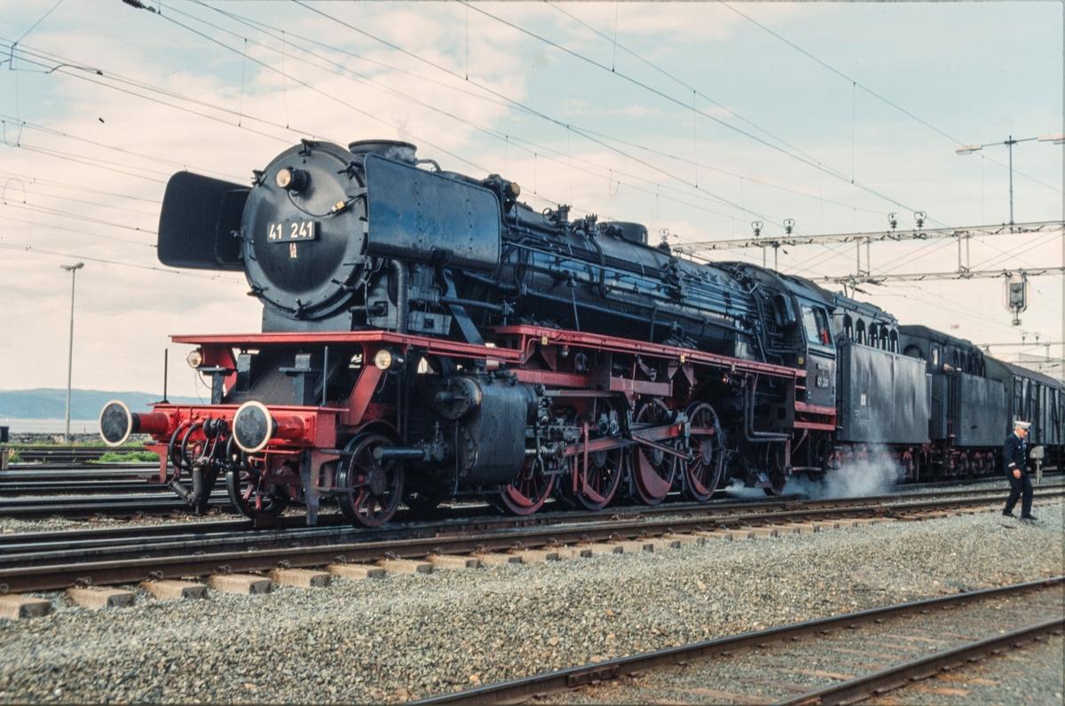 Et tysk reiseselskap på besøk i Norge med eget tog, her underveis fra Trondheim retning Oslo. Toget trekkes av tysk damplok DB BR 41 241.