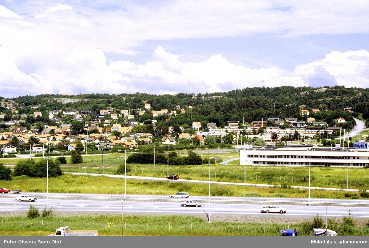 Vy över Brännås, Mölndal, i juni 1991. Till höger Rävekärr.