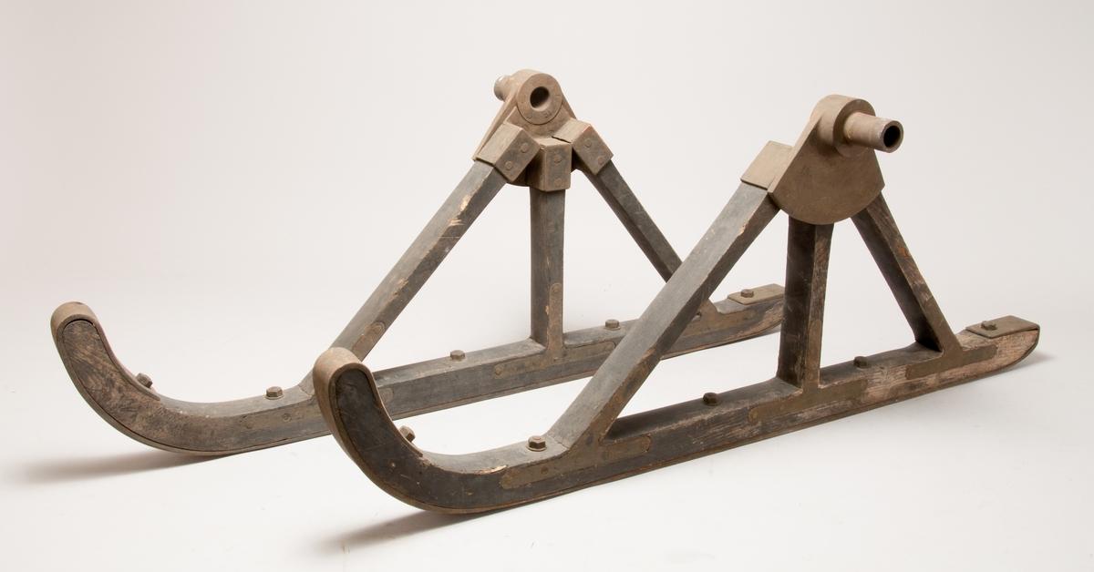 Åkvagn för 4 personer. Den första förbränningsmotordrivna bilen som byggts i Sverige. I detta sista utförande från 1901 ligger en fotogenmotor under vagnsgolvet, vilken startas med vev. Reglage på en styrkolonn under styret, spak för i- och urkoppling av motorn samt handbromsspak på höger sida. Vagnskorg av trä och hjul byggda av C A Carlsson & Söner i Stockholm. Korgen byggd speciellt för bilen och bakhjulen är kraftigt utförda för att tåla att användas som drivhjul.  Tvåcylindrig vattenkyld fotogenmotor Cirka 5 hästkrafter Växlar saknas, motorn är omkastningsbar för gång fram eller back Glödrörständning, värmdes med blåslampa Totalvikt cirka 600 kg, motorn 200 kg Tillbehör: Två medar för körning i snö som kan monteras istället för framhjulen.