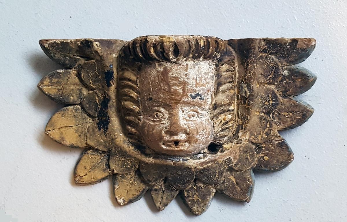Form: Ligner englehovudene på altertavla  23 15: i Leikanger. Skla stamme frå ein utskåre tavle i Leikanger kyrkje. kor den er funne på loftet.