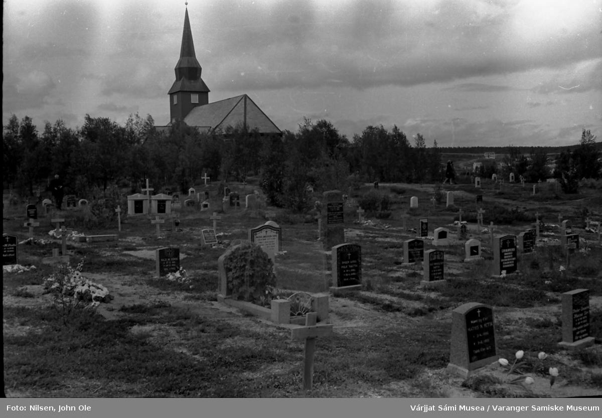 Kirka og kirkegården i Kautokeino. Juli 1967.