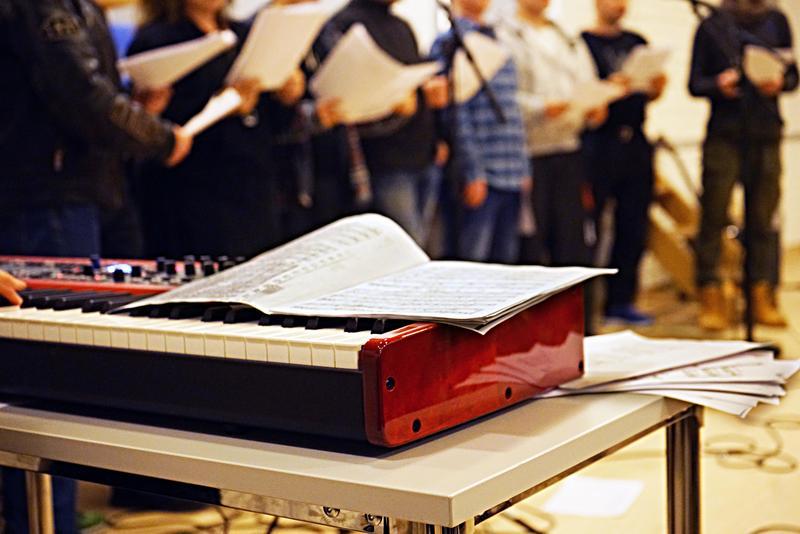 Siste finpuss av strupene før konsert for ca. 60 andre innsatte i Trondheim fengsel.