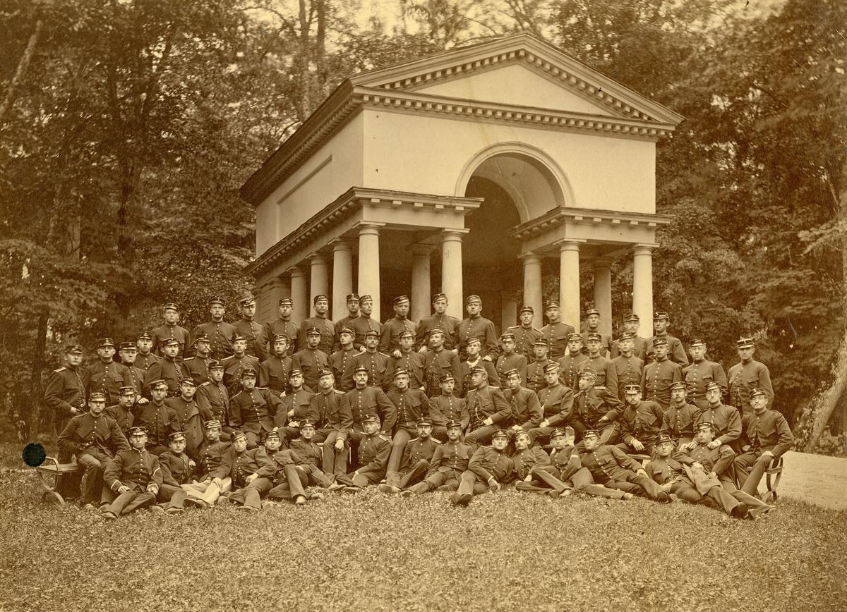 Grupporträtt av utexaminerade elever från krigsskolan 1882.
