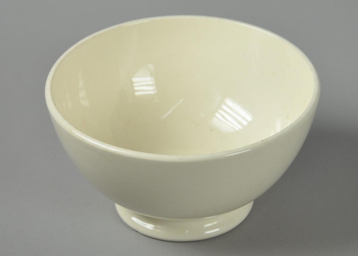 Hvit skål av glassert keramikk, med stett.