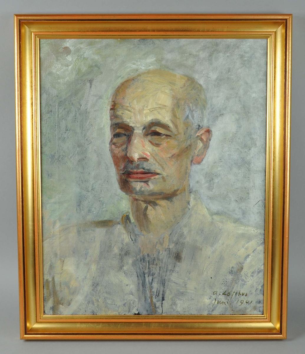 Malt portrett av Anders Svarstad, malt av Arne Lofthus. Maleriet har stående format og motiv er Anders Svarstad i profil. Rundt maleriet går en profilert, gullforgylt ramme av tre.