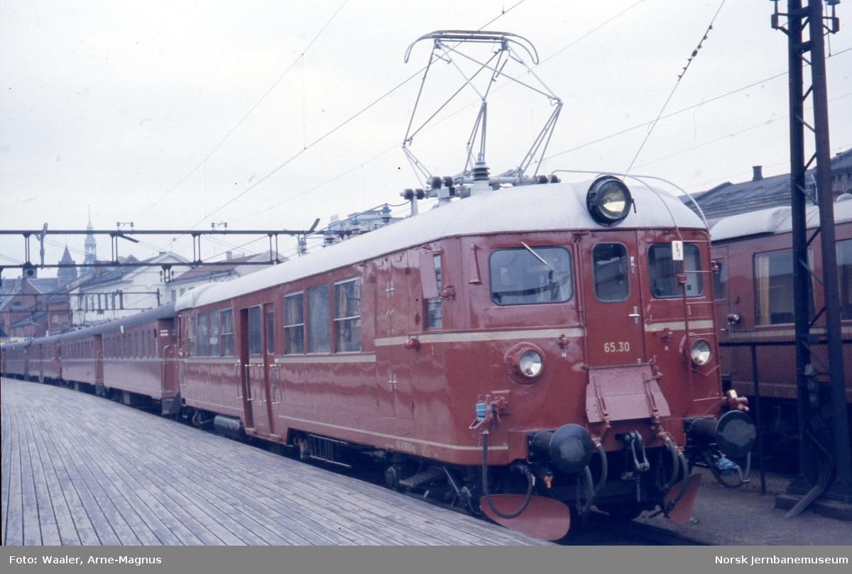 Elektrisk motorvogn BM 65 30 i tog på Oslo Ø