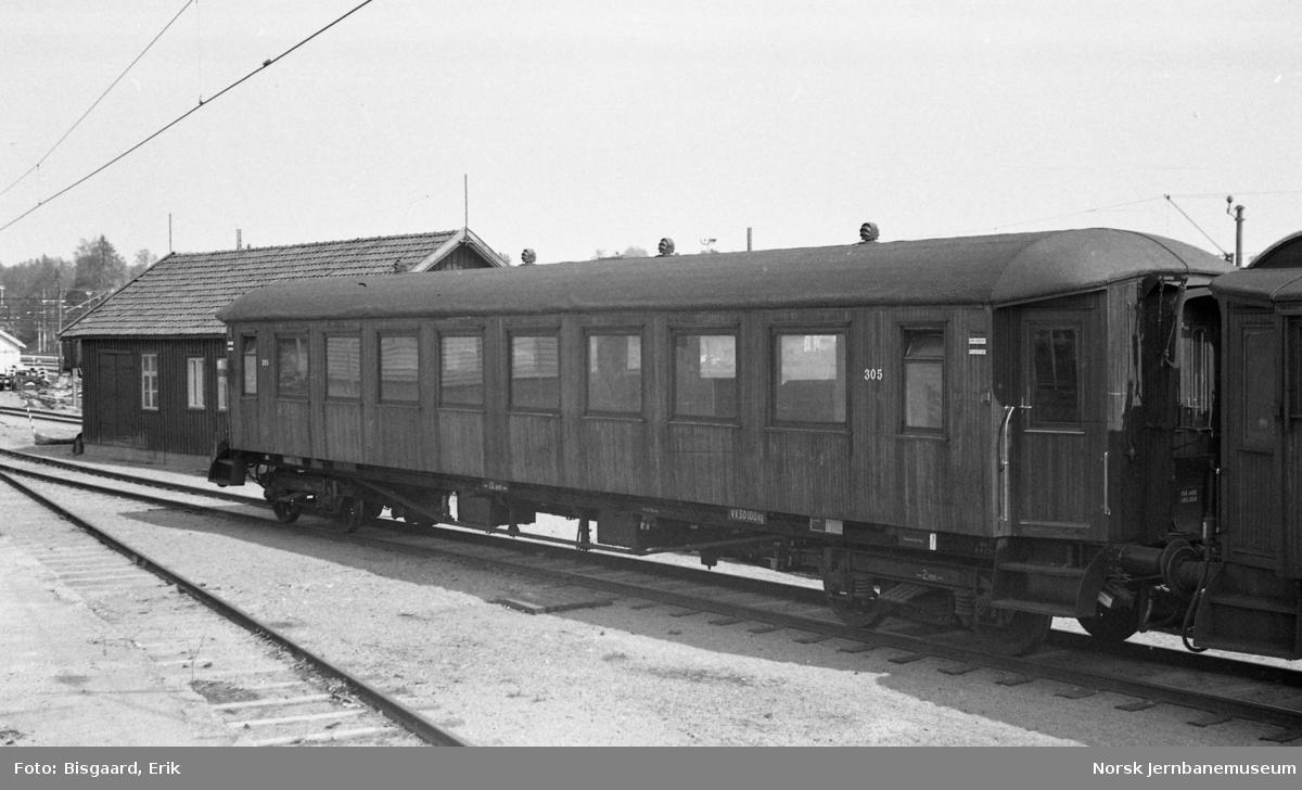 Personvogn litra B22 nr. 305 hensatt på Elverum stasjon
