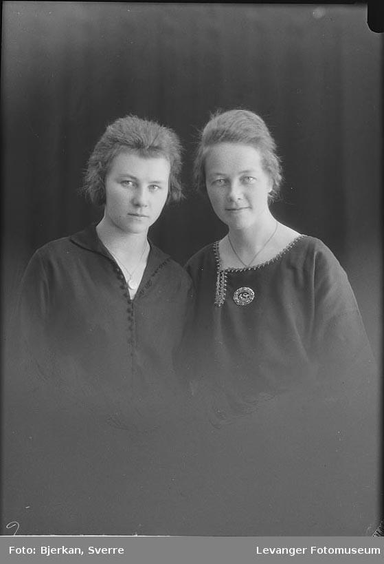 Portrett av to søstre. Margit Mikaelsen med flere.