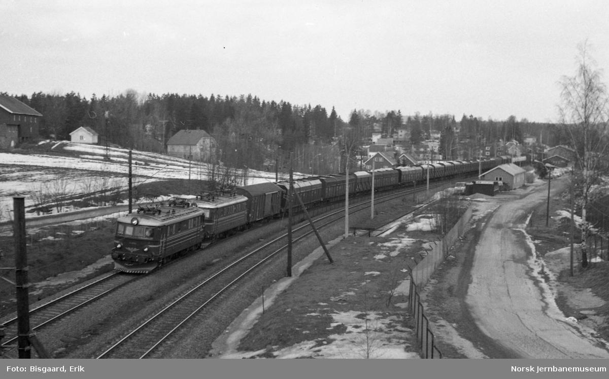 Langhus stasjon med passerende godstog