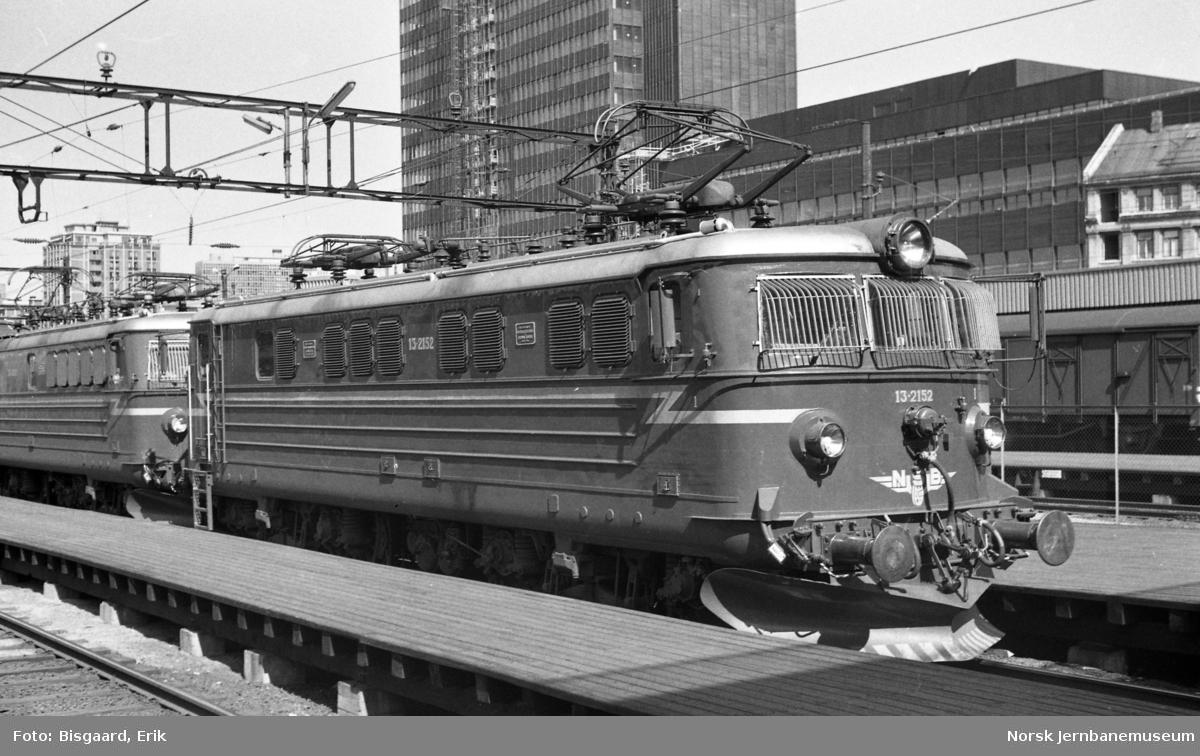 Elektrisk lokomotiv El 13 2152 foran persontog på Oslo Ø