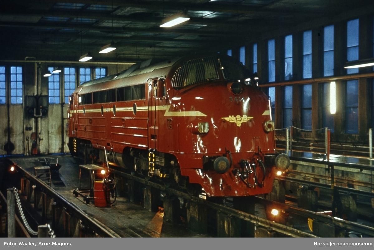 Diesellokomotiv Di 3 614 i lokomotivstallen på Marienborg