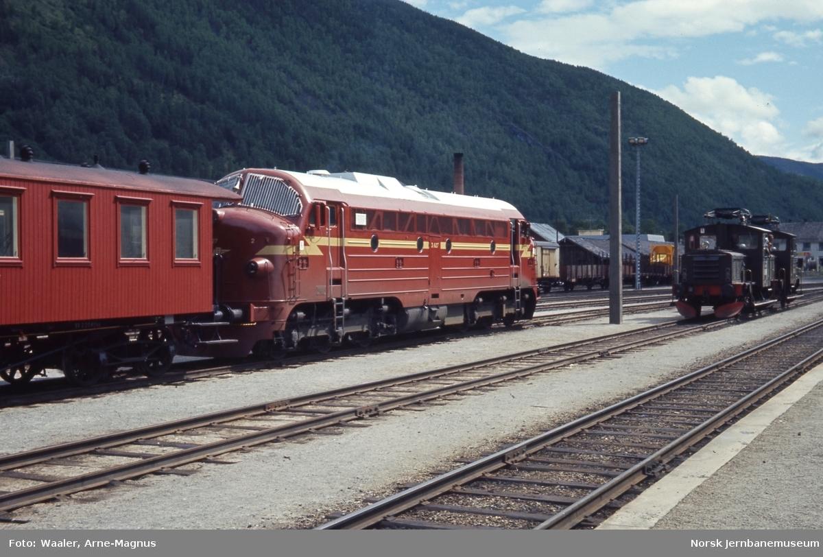 Diesellokomotiv Di 3 624 med losjivogn og to revisjonstraktorer Skd 220b på Otta stasjon
