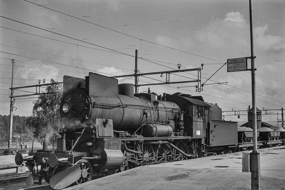 Damplokomotiv type 30b nr. 348 med grustog på Kongsvinger stasjon.