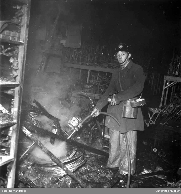 Släckningsarbete vid en brand på Coronabageriet vid Landsvägsallén.