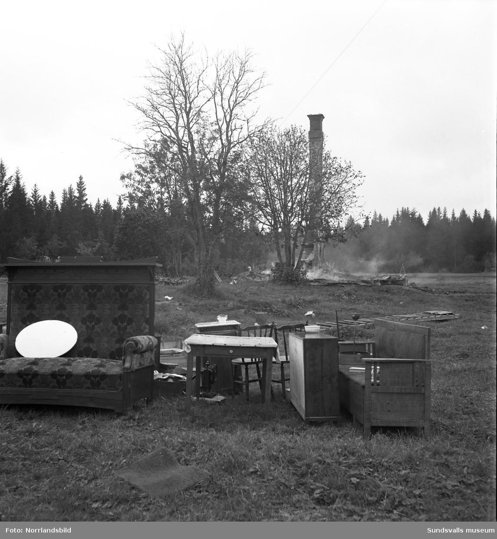 Karin och Henry Vestling och deras fyra barn Wivian, Inga-Britt, Stig och Sally i Gryttjom, Söråker blev hemlösa efter en förödande brand i september 1949. Fru Vestling lyckades i sista stund rädda sina sovande barn ur det brinnande huset. Möbler och lösöre som räddats står ute på gården och familjen betraktar resterna av sitt hem.
