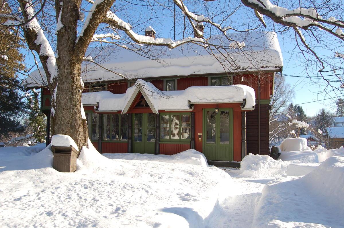Kunstnerhjemmet til Tilla og Otto Valstad dekket av snø. Foto: Randi Malm