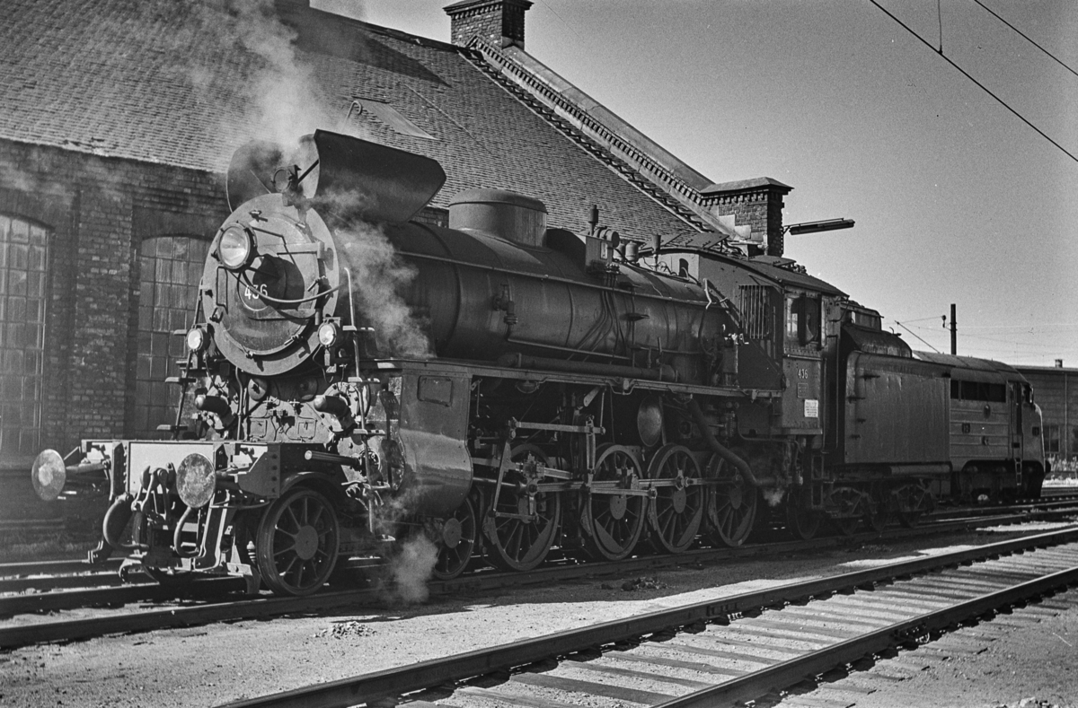 Damplokomotiv type 26c 436 ved lokstallen på Hamar stasjon.