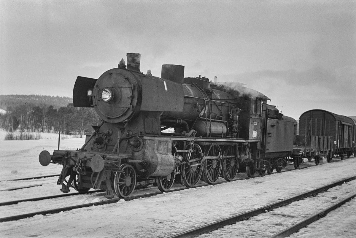 Sydgående underveisgodstog fra Marienborg (Trondheim) til Hamar, tog 5716, på Os stasjon. Toget trekkes av damplokomotiv type 30b nr. 357.