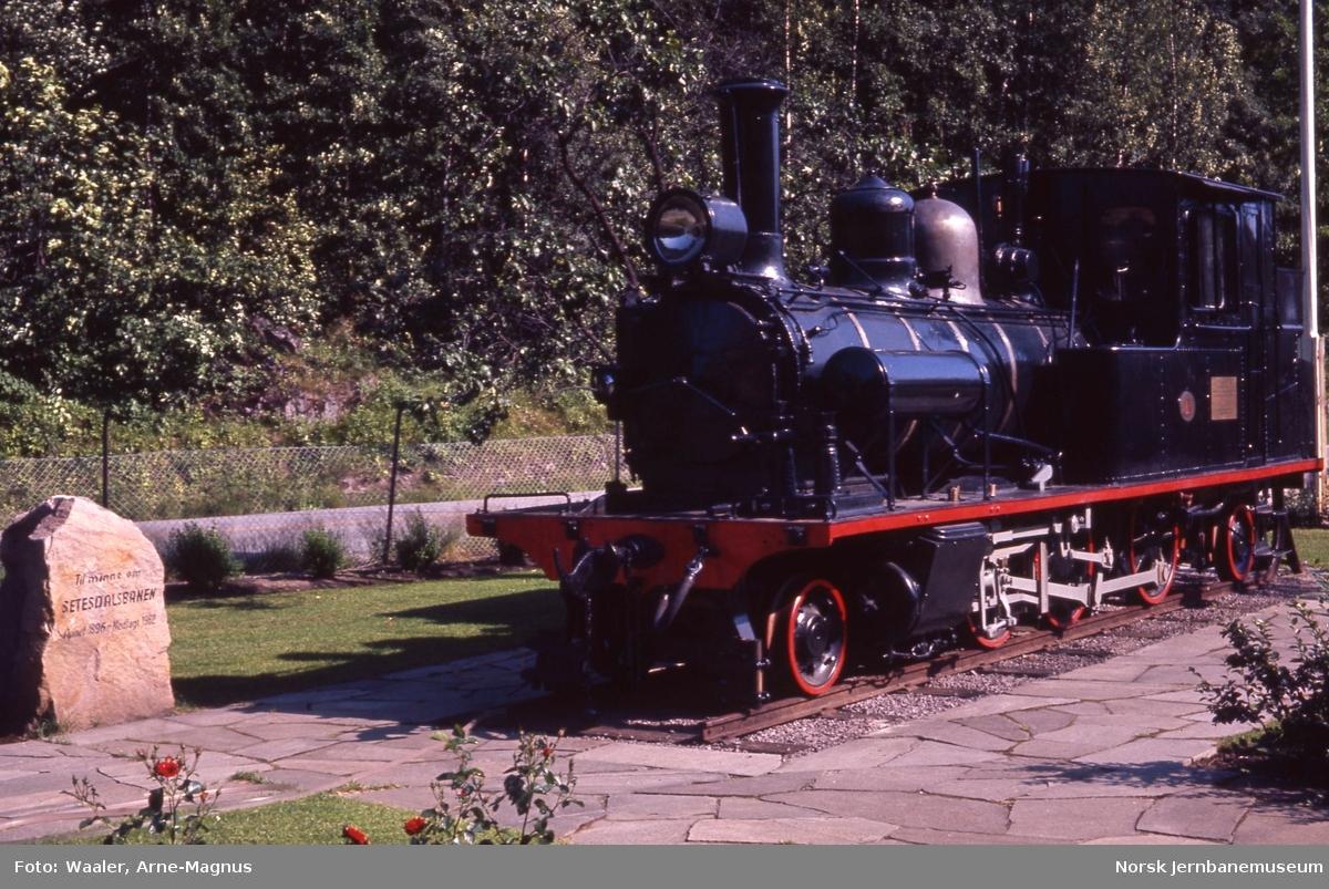 Setesdalsbanens lokomotiv type XXI nr. 1 utstilt på Grovane stasjon