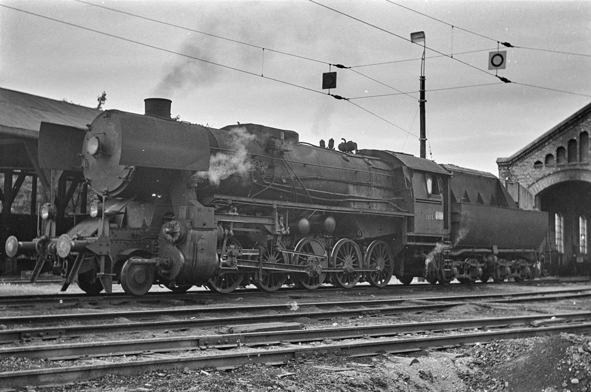 Damplokomotiv type 63a nr. 5573 ved lokomotivstallen på Gjøvik. Dette var kort tid før Gjøvikbanen ble åpnet for elektrisk drift.