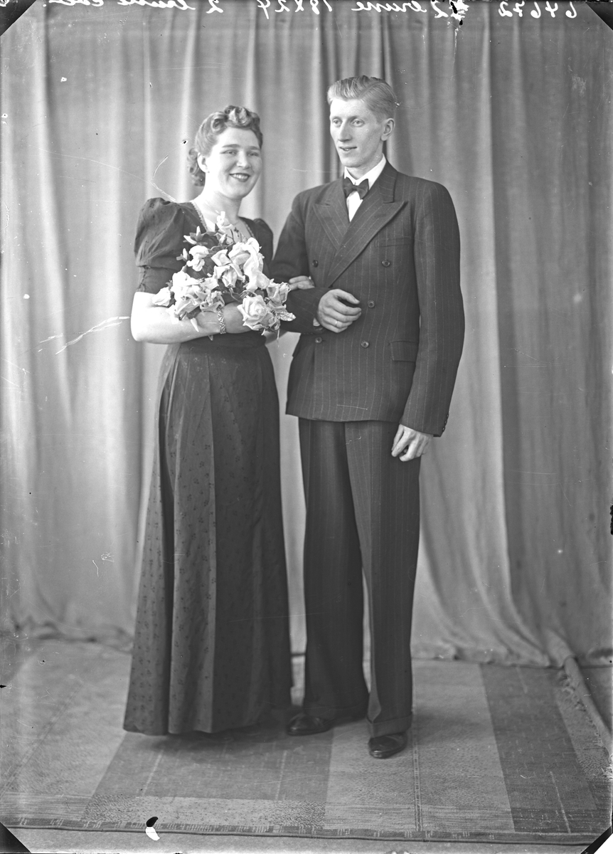 Portrett. Brudepar. Ung kvinne og ung mann. Bestilt av Olav Vangsnes. Haraldsgt. 118