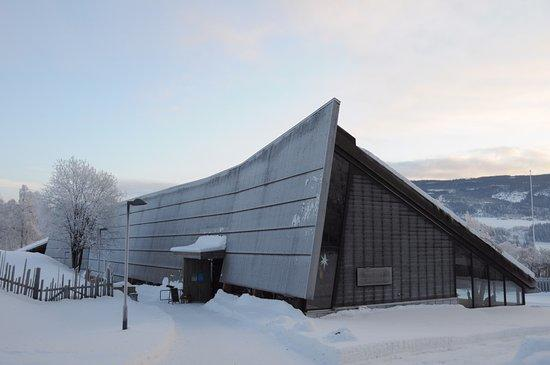 VELKOMSTBYGGET på Valdres Folkemuseum stod ferdig i 2010 og er teikna av Lund Hagem Arkitekter. Her er museumskafé, utstillingar, festsal med konsertflygel, museumsmagasin og museumsbutikk. Bygget har òg gikk rom for større grad av heilårsaktivitet.