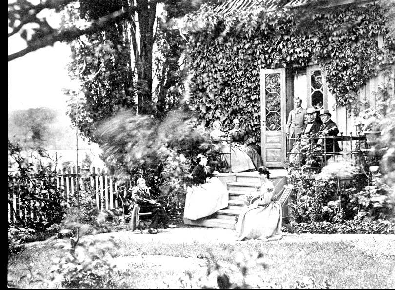 Familien Thaulow utenfor sitt hjem i Storgaden 24 i Larvik