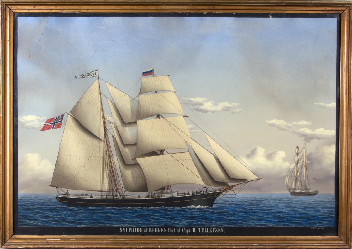 Skipsportrett av skonnerten SYLPHIDE for fulle seil, seilende for bidevind. Til høyre i motivet sees samme skute fra akter. Skipet fører norsk flagg med unionsmerke i akter, og mindre russisk handelsflagg i fortoppen.