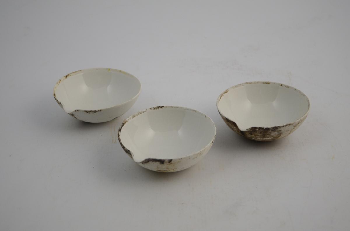Porselensskåler, små. Sirkelformede med hellekant. Glassert inni, uglasert utenpå. 50-100 ml.