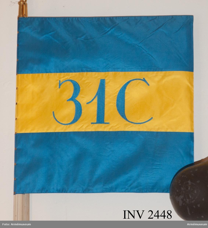 1 cykelbrigaden, standar. Sydd av gult och blått foulardsilke. Ett gult fält i mitten, broderat med silke 31 C. På sidorna blå fält. På doppskon graverat 1 cykelbrigaden. Fäst på en standarstång med spets GV, Konung Gustav V:s spegelmonogram. Tillhörande mörkblå yllefodral, märkt 31 C.  Mått 630 x 650 mm. Standarstång 2850 mm.