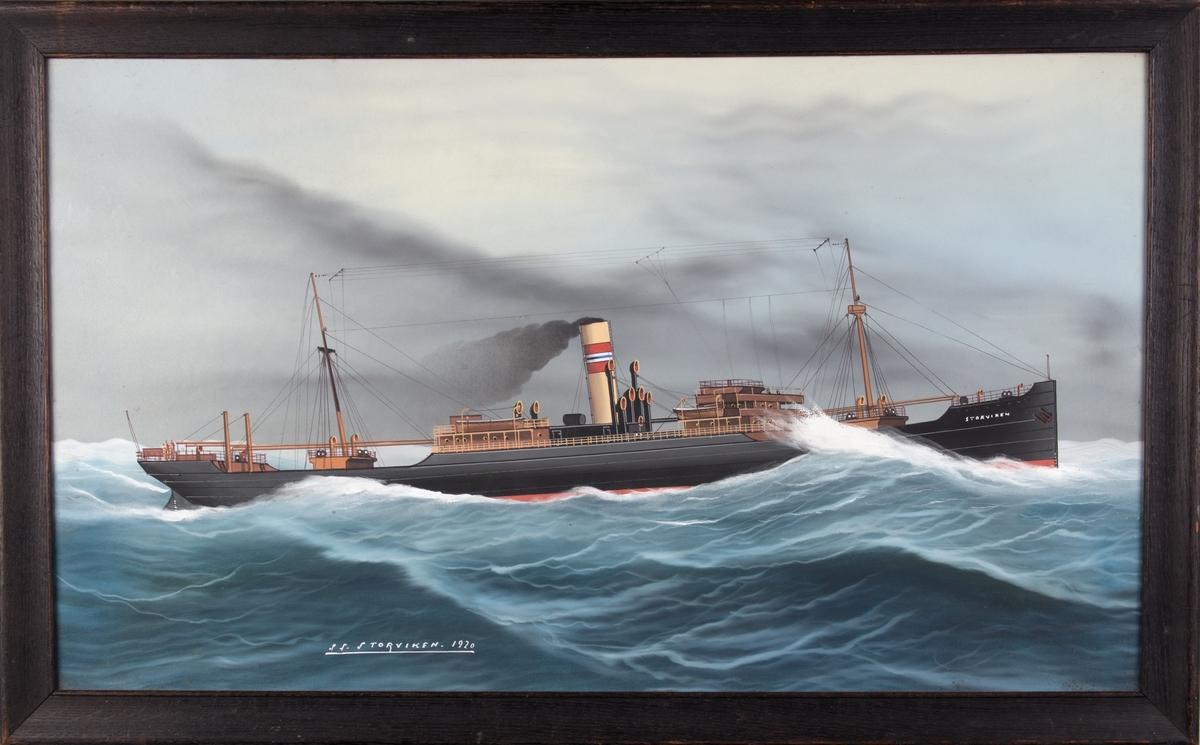 Skipsportrett av DS STORVIKEN under fart i grov sjø med skorsteinsmerke til rederiet Wallem & Co. i Bergen. Fører ingen flagg eller vimpler.