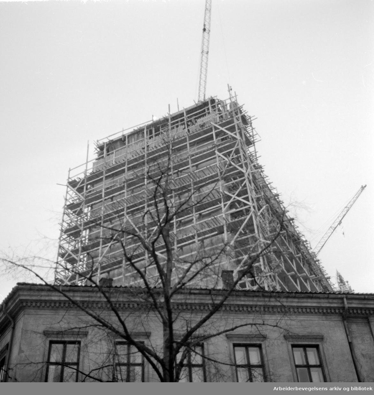 Telegrafverkets nye administrasjonsbygg på hjørnet av Pilestredet og Universitetsgata under tak. Desember 1960