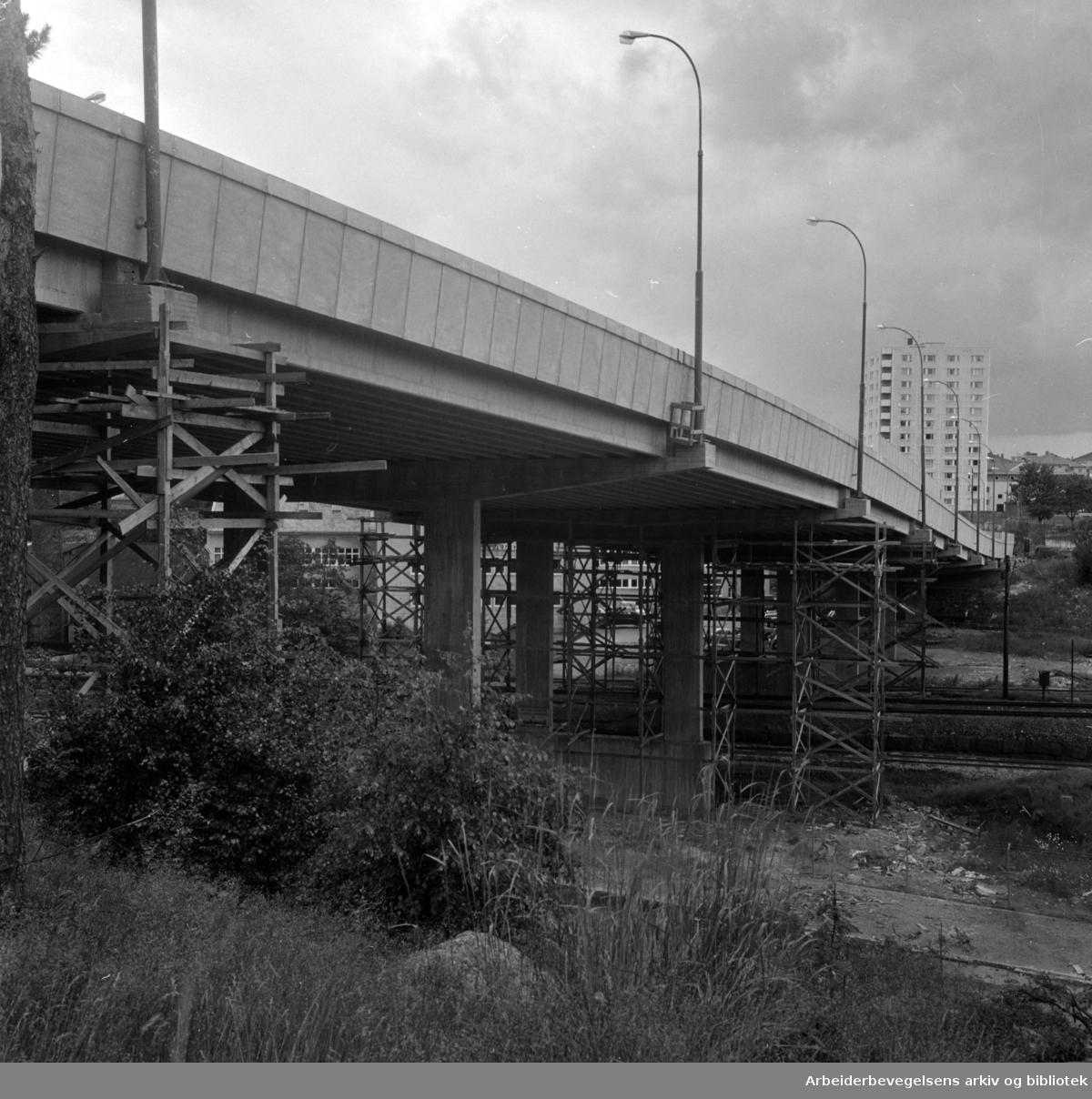 Tveita bru åpnet for trafikk. Juli 1964