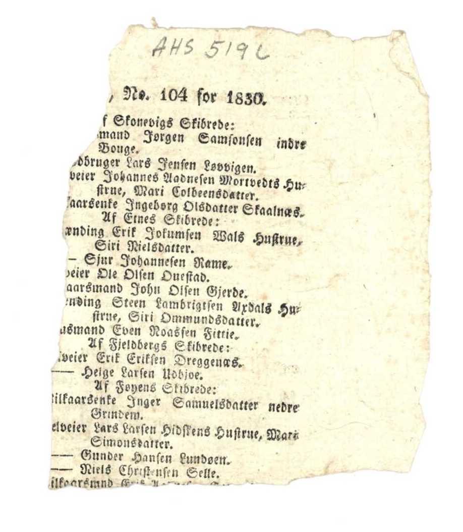 Revet bit av bokblad. Gotisk trykkskrift.