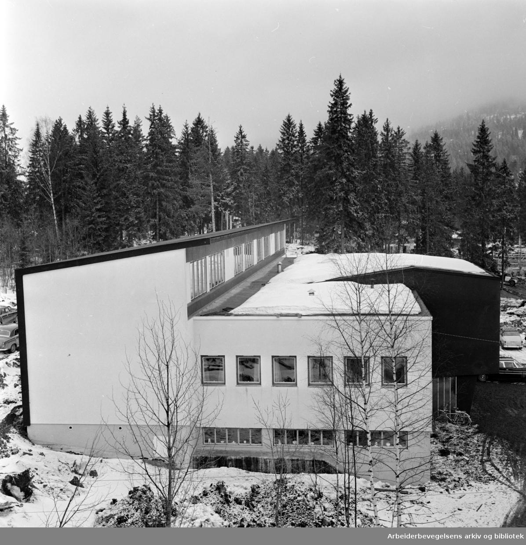Steinerskolen flytter inn i nytt bygg i Flyveien 2. på Hovseter. Mars 1962
