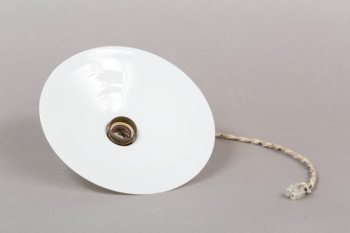 Lampe til å henge i tak. Hvit kuppel med messingfeste og hvit dekket ledning,