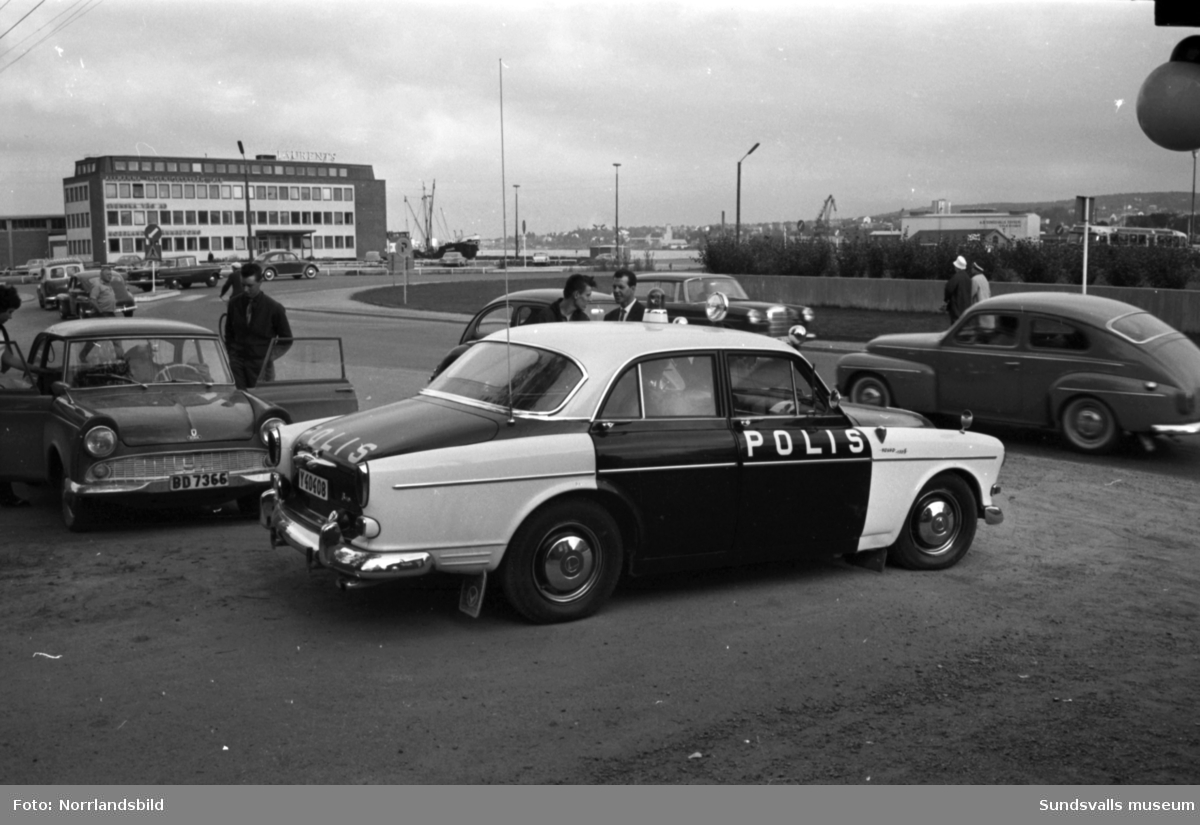 Polisjakt efter en rymling från Sidsjöns mentalsjukhus. Bilder från Norrmalmsgatan nedanför lasarettet och från Korstavägen.